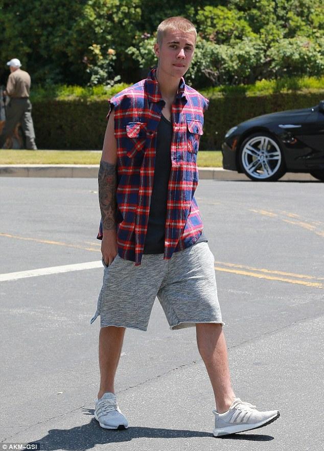 Vẫn chưa chịu lớn, Justin Bieber lại khoe ảnh đụng chạm chỗ hiểm - Ảnh 2.