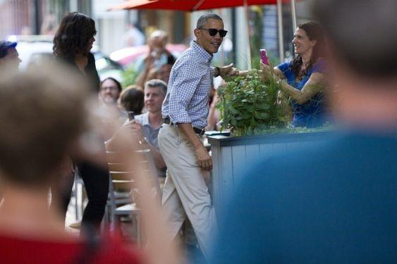 Vua ve My, Tong thong Obama dan vo dung bua o nha hang hinh anh 5