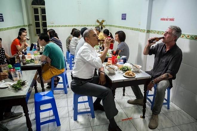 Vua ve My, Tong thong Obama dan vo dung bua o nha hang hinh anh 7