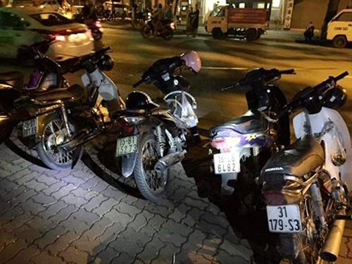 4 chiếc xe máy của nhóm thanh niên đi đòi nợ thuê
