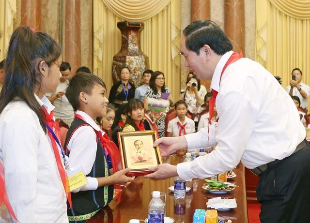Chủ tịch nước Trần Đại Quang tặng chân dung Chủ tịch Hồ Chí Minh cho các các thiếu nhi. Ảnh: Nhan Sáng-TTXVN.