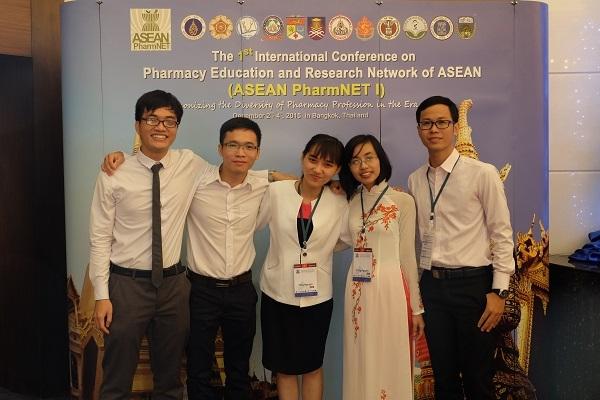 Lộc (ngoài cùng bên trái) tại Hội nghị ASEAN PharmNET I.