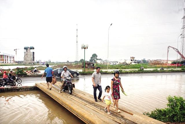 5 ngày sau trận mưa, người dân Dương Nội vẫn phải đi lại bằng cầu tạm. Ảnh: T.G