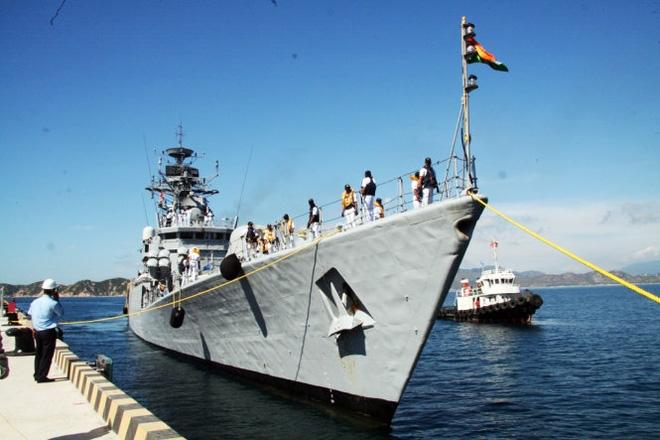 Hai tàu chiến Ấn Độ đầu tiên vào vịnh Cam Ranh  - Ảnh 1.