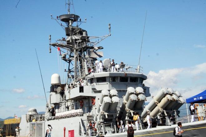 Hai tàu chiến Ấn Độ đầu tiên vào vịnh Cam Ranh  - Ảnh 3.