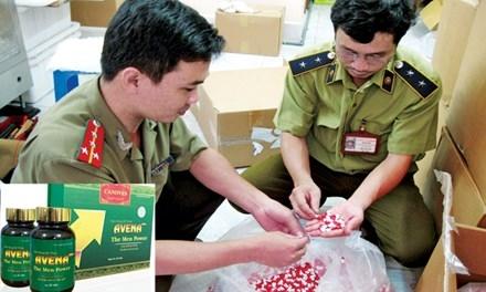 Thu giữ một lô hàng thực phẩm chức năng (ảnh lớn); Avena plus, một loại thực phẩm chức năng hỗ trợ tăng cường sinh lý, đã bị Cục An toàn thực phẩm yêu cầu thu hồi vì chứa hoạt chất có trong Viagra (ảnh nhỏ). Ảnh: Hoài Nam.