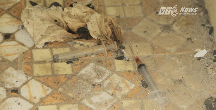 Tuy nhiên, nhiều người đã phải giật mình bởi xi lanh mà các đối tượng nghiện hút để lại nhan nhản trên nền nhà, trong các căn phòng.