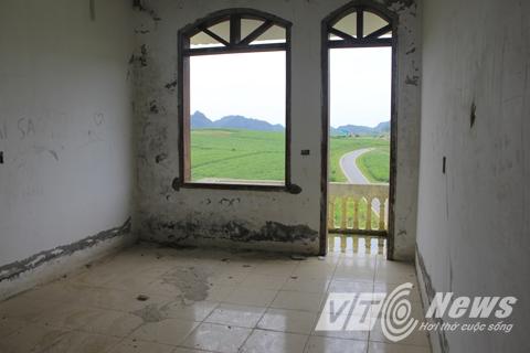Sau thời gian dài, nhiều hạng mục bị xuống cấp. Khung sắt ở các cửa sổ cũng bị các đối tượng trộm cắp tháo hết.