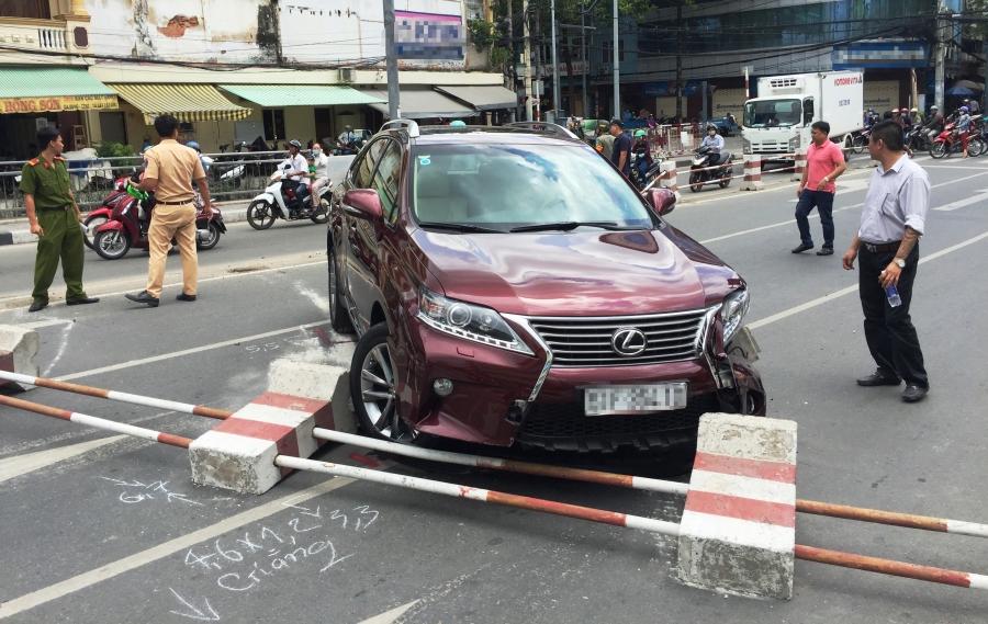 Hiện trường chiếc Lexus RX350 gặp nạn trên phố Sài Gòn