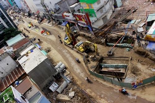 Đường Bạch Đằng, quận Tân Bình, TP HCM vẫn còn thi công nham nhở mặc dù dự kiến ban đầu sẽ hoàn thành trong tháng 1-2016.