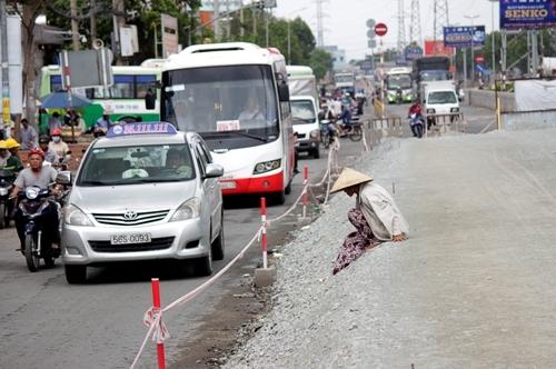 Người dân di chuyển mất an toàn trên đường Kinh Dương Vương, quận Bình Tân (đoạn trước Bến xe Miền Tây). Theo tìm hiểu, đường Kinh Dương Vương, đoạn từ vòng xoay Phú Lâm đến vòng xoay An Lạc sẽ được nâng lên để chống ngập.