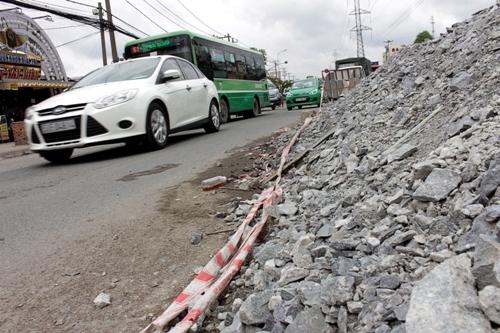 Mặc dù đang thi công nhưng đường Kinh Dương Vương, quận Bình Tân đã cao ngang xe hơi. Bà Nguyễn Thị Hằng (sống trên đường Kinh Dương Vương) cho biết nếu nâng nhà gần 1 m, gia đình bà không đủ kinh phí