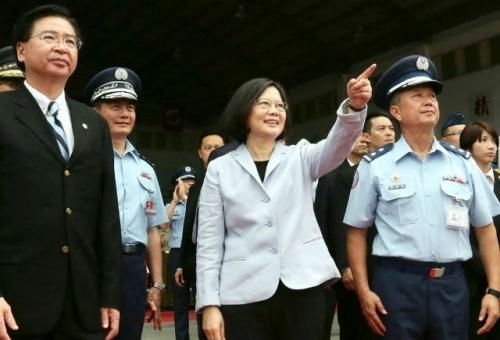 Thái Anh Văn thăm quân đội, đáp trả thị uy từ Bắc Kinh - Ảnh 1