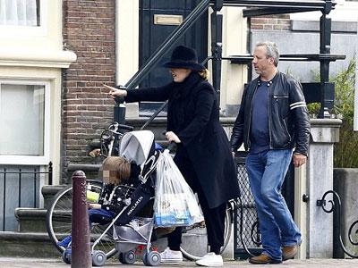 Adele xuất hiện hiếm hoi với con trai, tậu biệt thự mới sang chảnh