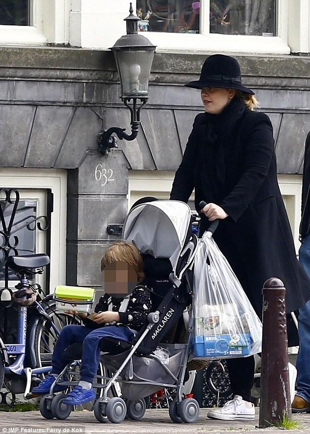 Adele xuất hiện hiếm hoi với con trai, tậu biệt thự mới sang chảnh - Ảnh 1.