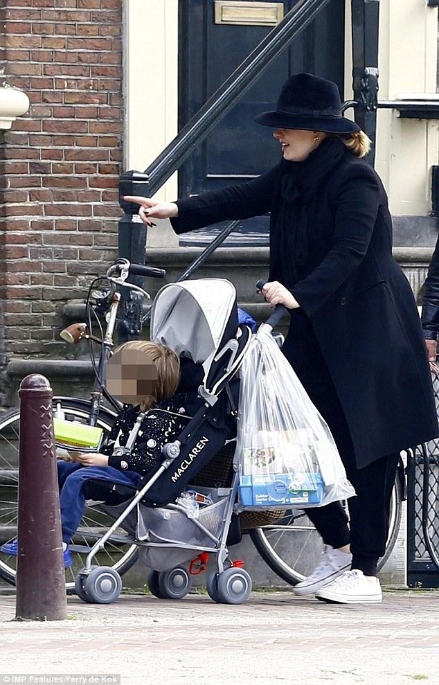Adele xuất hiện hiếm hoi với con trai, tậu biệt thự mới sang chảnh - Ảnh 2.