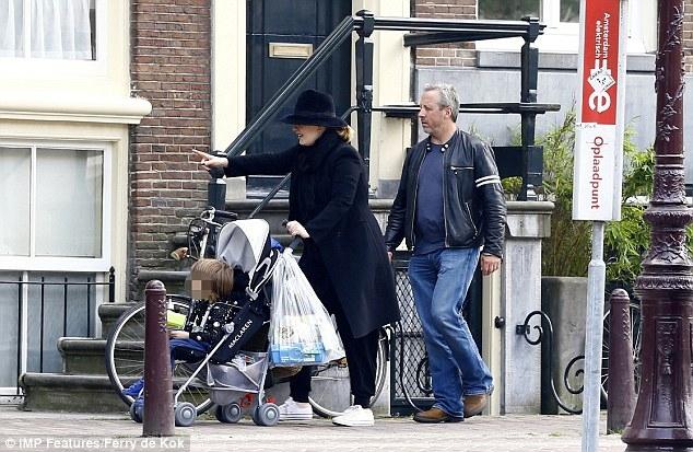 Adele xuất hiện hiếm hoi với con trai, tậu biệt thự mới sang chảnh - Ảnh 3.