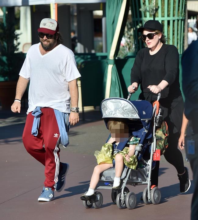 Adele xuất hiện hiếm hoi với con trai, tậu biệt thự mới sang chảnh - Ảnh 6.