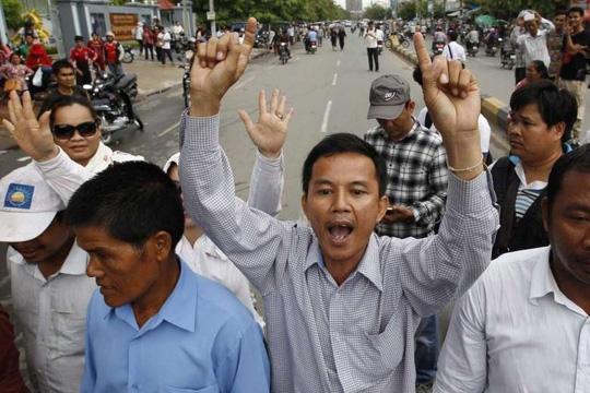 Người ủng hộ đảng CNRP hô vang khẩu hiệu trong cuộc biểu tình ở Phnom Penh - Campuchia ngày 30-5. Ảnh: EPA