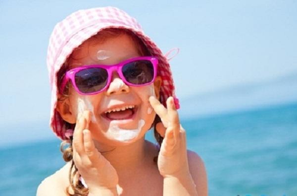 Kính râm, mũ rộng vành là thứ cần thiết cho trẻ khi đi trời nắng. Ảnh minh họa