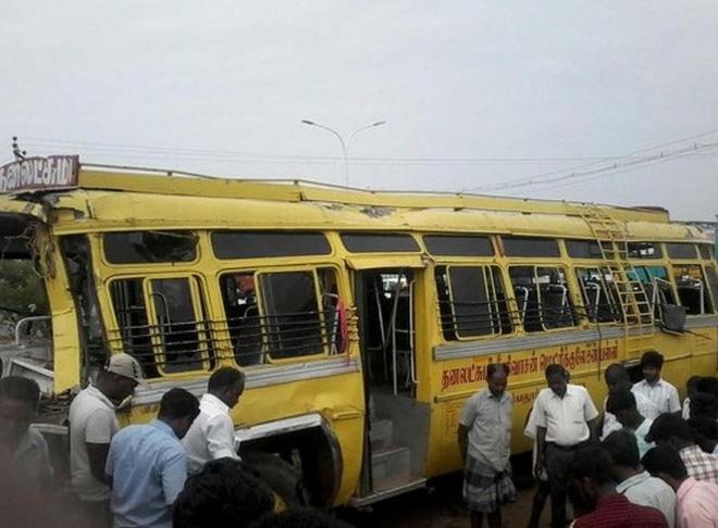 Dây điện rớt trúng xe buýt, nhiều học sinh mất mạng