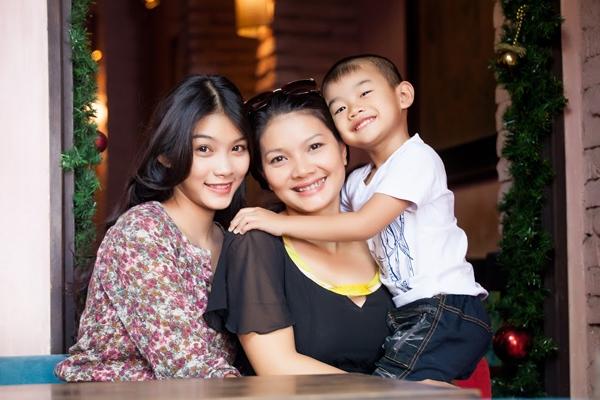 Kiều Trinh và con gái lớn Thanh Tú 19 tuổi, con trai thứ hai được 8 tuổi.