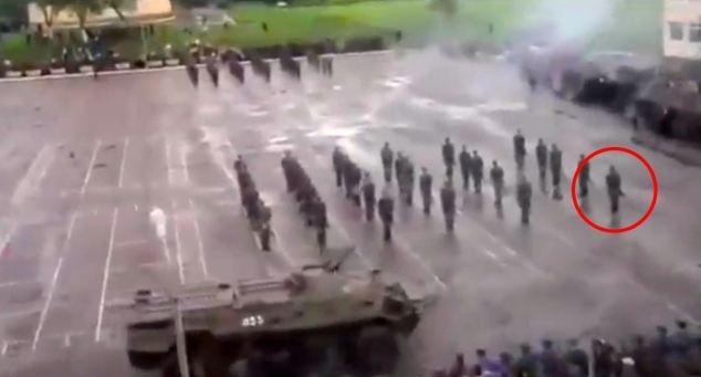 Kinh hoàng: Duyệt binh, xe thiết giáp hạng nặng đâm vào lính - Ảnh 1.