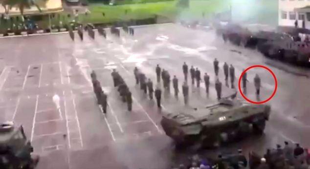 Kinh hoàng: Duyệt binh, xe thiết giáp hạng nặng đâm vào lính - Ảnh 2.