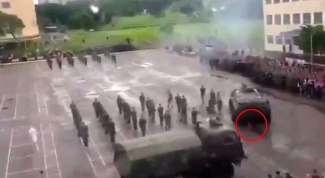 Kinh hoàng: Duyệt binh, xe thiết giáp hạng nặng đâm vào lính - Ảnh 4.