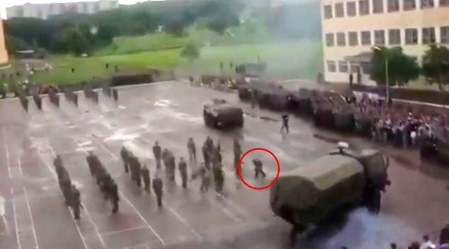 Kinh hoàng: Duyệt binh, xe thiết giáp hạng nặng đâm vào lính - Ảnh 5.
