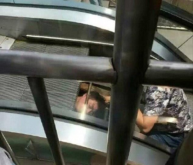 Người đàn ông bị cuốn vào trong thang máy, chỉ còn đầu hở ra ngoài.