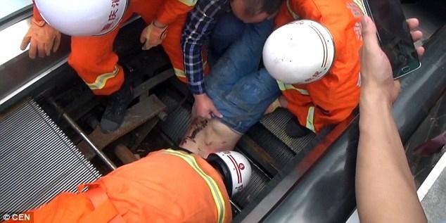 Người đàn ông được kéo ra ngoài thang máy.