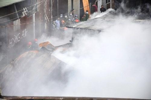 Xưởng gỗ cháy lớn, khu dân cư náo loạn - ảnh 1
