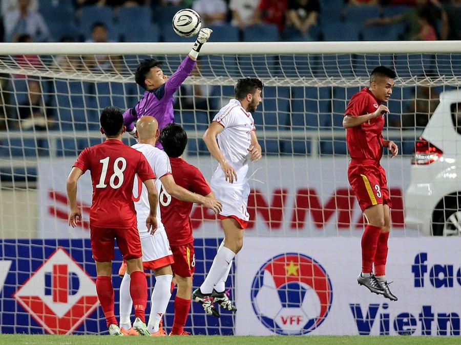 Thậm chí đội bóng Tây Á còn thua luôn đội tuyển Việt Nam ở các pha tranh chấp bóng bổng (ảnh: Gia Hưng)