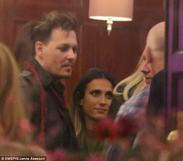 Johnny Depp tiệc tùng với gái lạ sau khi không bị truy tố tội hành hung vợ cũ - Ảnh 1.