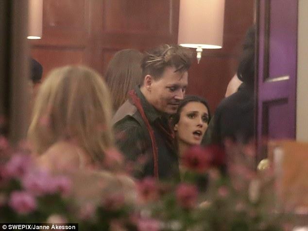 Johnny Depp tiệc tùng với gái lạ sau khi không bị truy tố tội hành hung vợ cũ - Ảnh 2.