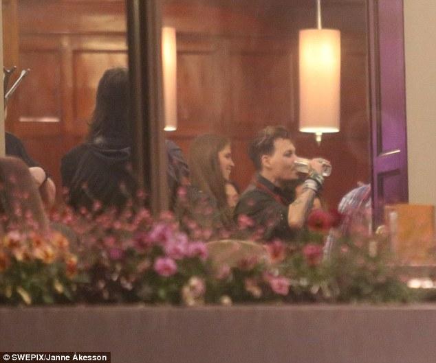 Johnny Depp tiệc tùng với gái lạ sau khi không bị truy tố tội hành hung vợ cũ - Ảnh 3.