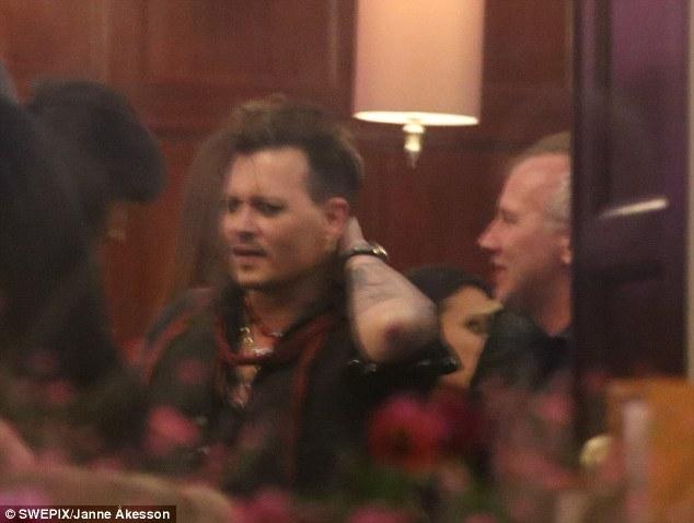 Johnny Depp tiệc tùng với gái lạ sau khi không bị truy tố tội hành hung vợ cũ - Ảnh 4.