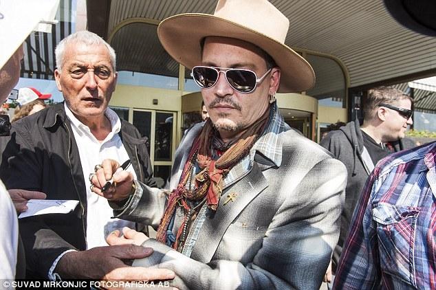 Johnny Depp tiệc tùng với gái lạ sau khi không bị truy tố tội hành hung vợ cũ - Ảnh 5.