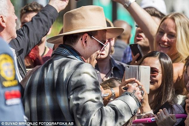 Johnny Depp tiệc tùng với gái lạ sau khi không bị truy tố tội hành hung vợ cũ - Ảnh 6.