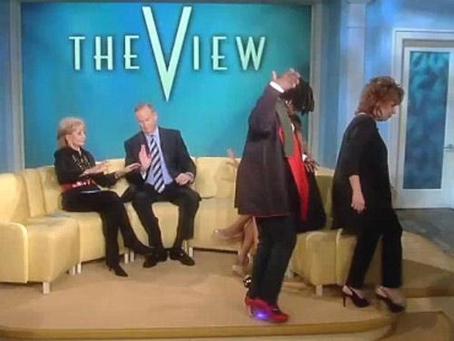 MC vỡ mũi vì bị tấn công ngay trên truyền hình - 3