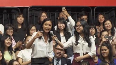 Mỹ công bố clip hậu trường chuyến thăm Việt Nam của Tổng thống Obama - ảnh 4