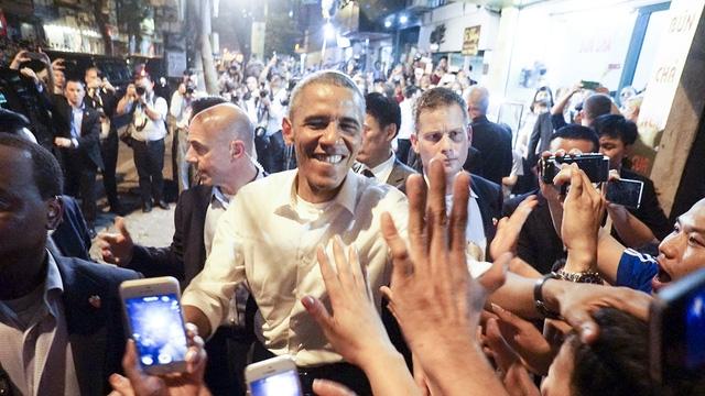 Tổng thống Obama bắt tay người dân khi đi ăn bún chả bình dân tại phố cổ Hà Nội tối 23/5 (Ảnh: Hữu Nghị)