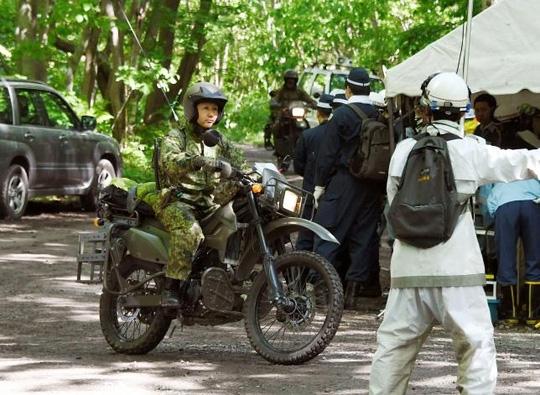 Quân đội Nhật dùng xe máy tìm bé trai trong rừng hôm 1-6. Ảnh: REUTERS