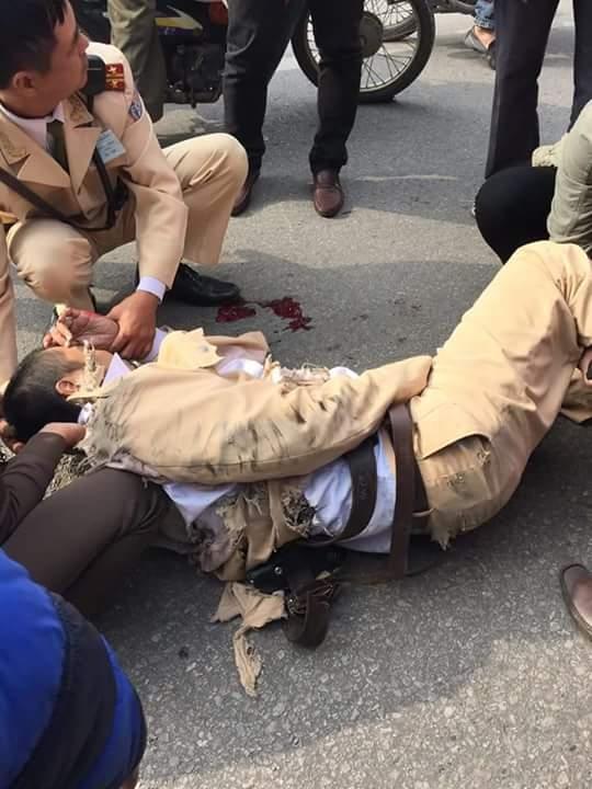 Thượng úy Triệu Quốc Đạt được đồng đội sơ cứu sau khi bị tông và kéo lê 20 m dưới gầm xe tải
