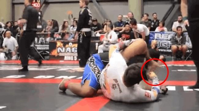 Sốc vì bị đối thủ xì hơi vào mặt, võ sĩ MMA nôn đầy võ đài - Ảnh 1.