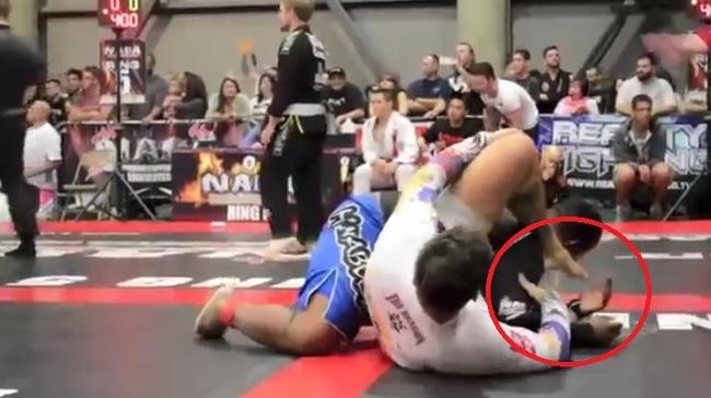 Sốc vì bị đối thủ xì hơi vào mặt, võ sĩ MMA nôn đầy võ đài - Ảnh 3.