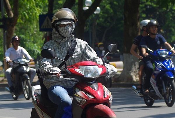 Trăm kiểu chống nắng nóng của người dân Thủ đô ngày hè tới