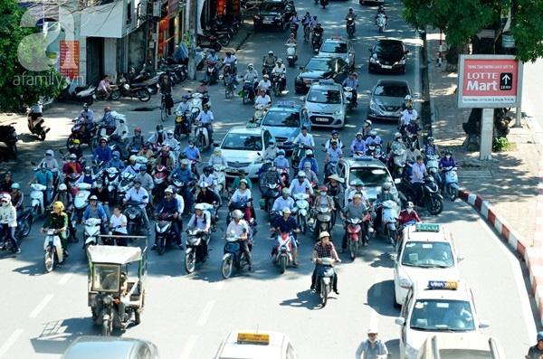 Trăm kiểu chống nắng bá đạo của người dân Thủ đô ngày hè tới