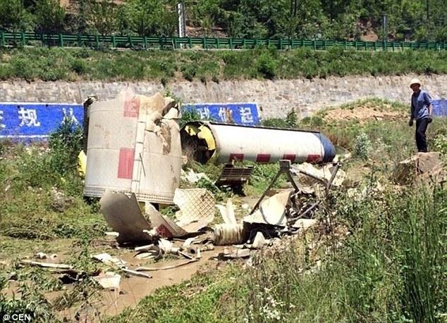 Những mảnh vỡ tên lửa rơi xuống Thiên Trụ Sơn hôm 30/5. (Ảnh: CEN)